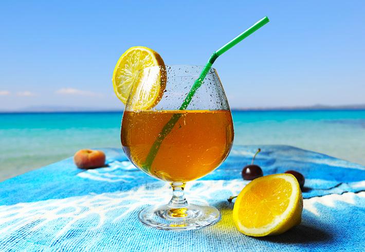 Thé glacé sur la plage ensoleillée
